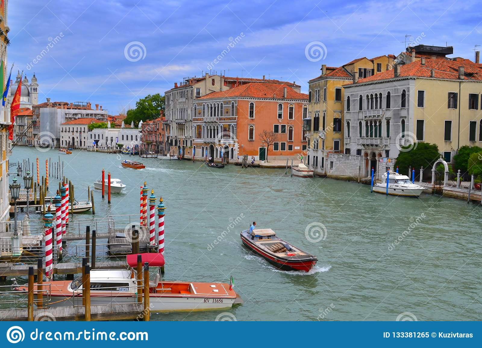 Grand Canal a Venezia, case colorate, bacini, navi, gondole e bandiere