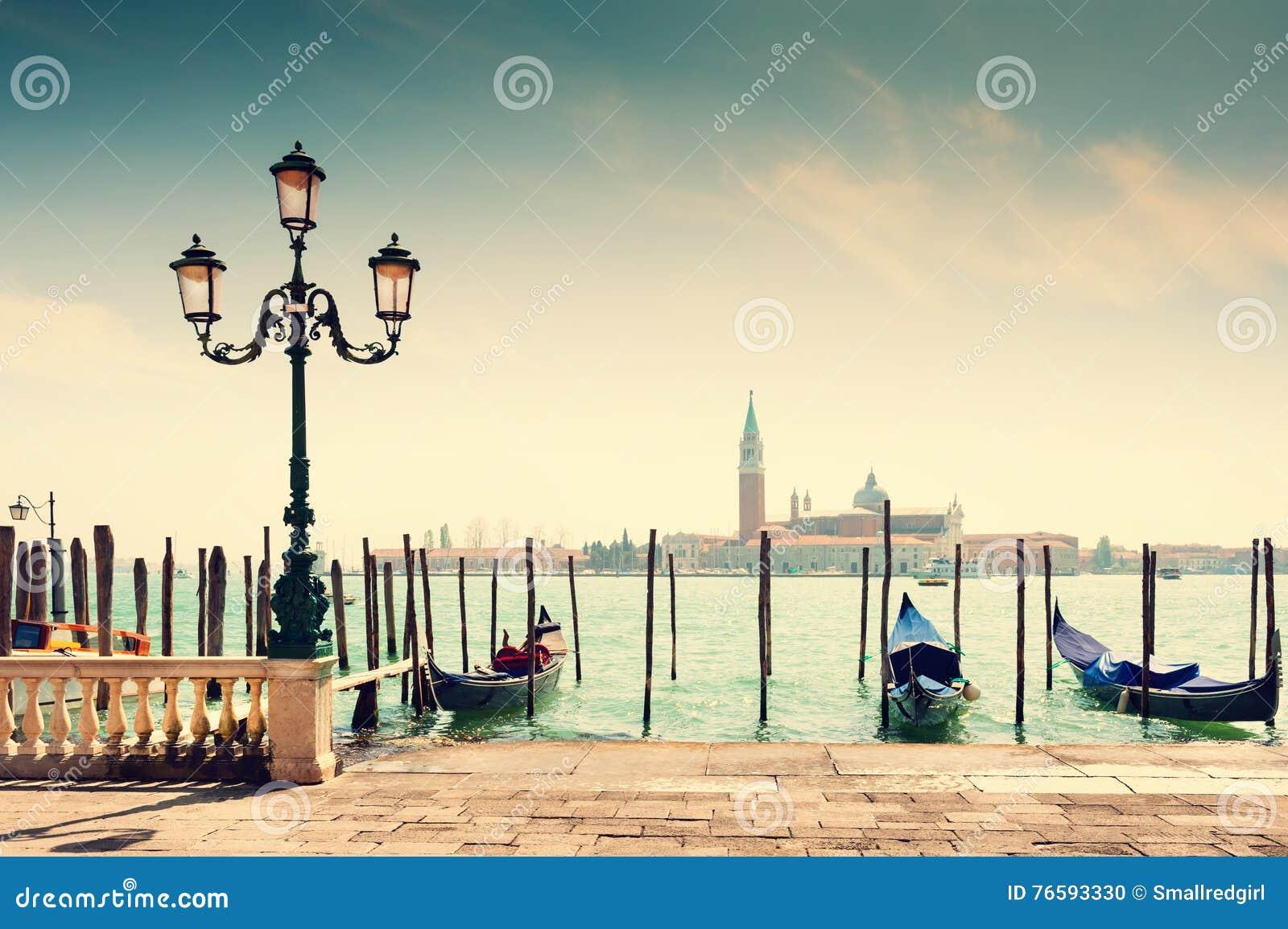 Grand Canal y góndolas en Venecia, Italia
