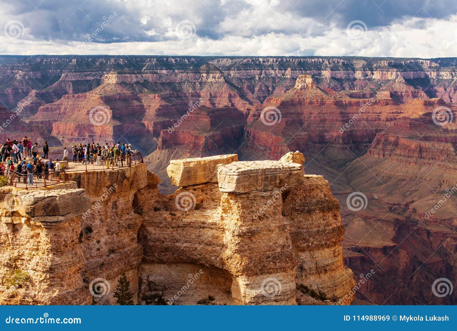 GRAND CANYON, ETATS-UNIS - 18 MAI 2016 : Parc national de Grand Canyon de vue scénique, Arizona, Etats-Unis Personnes de touriste