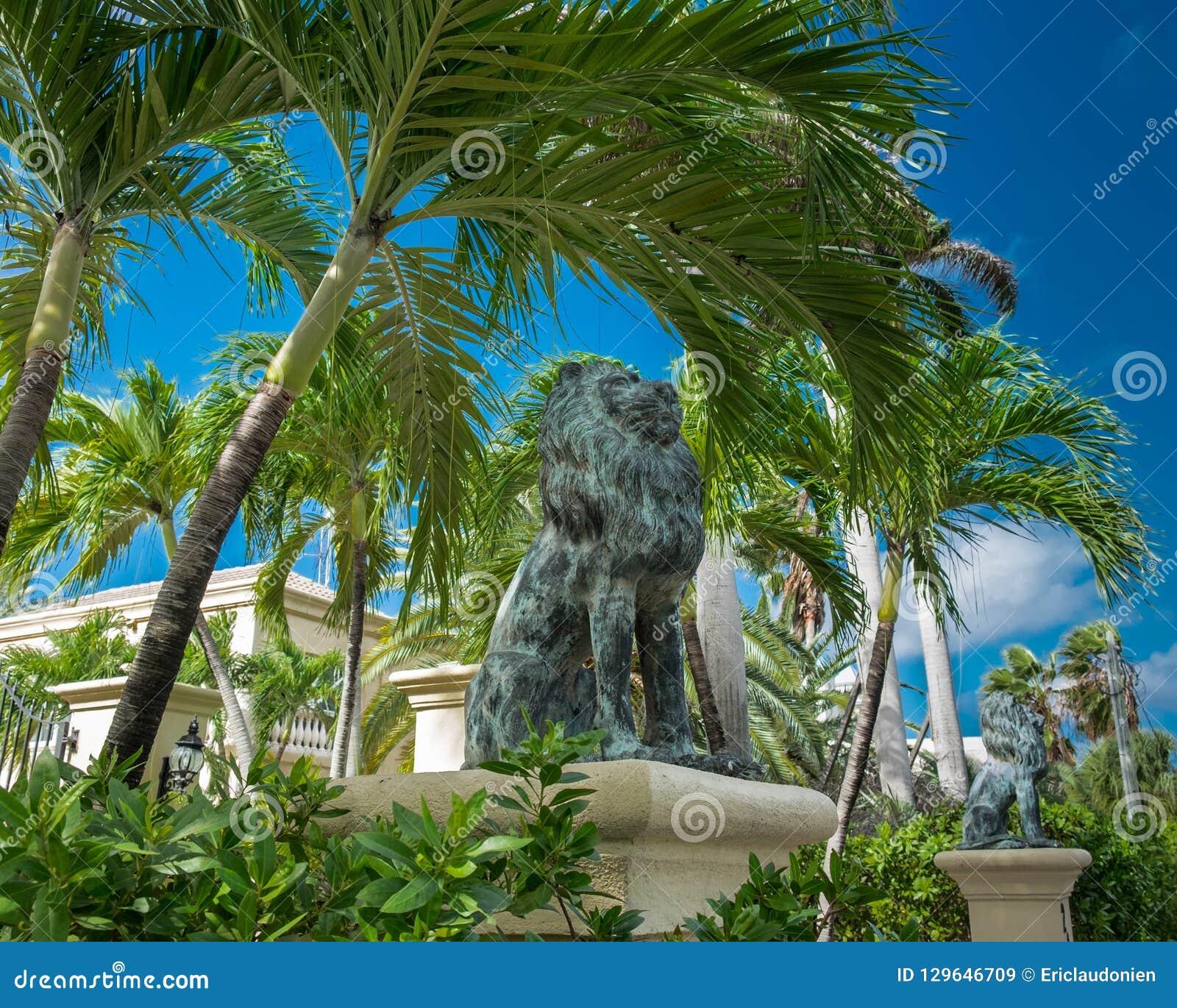 Grand Cayman-Lion Statues