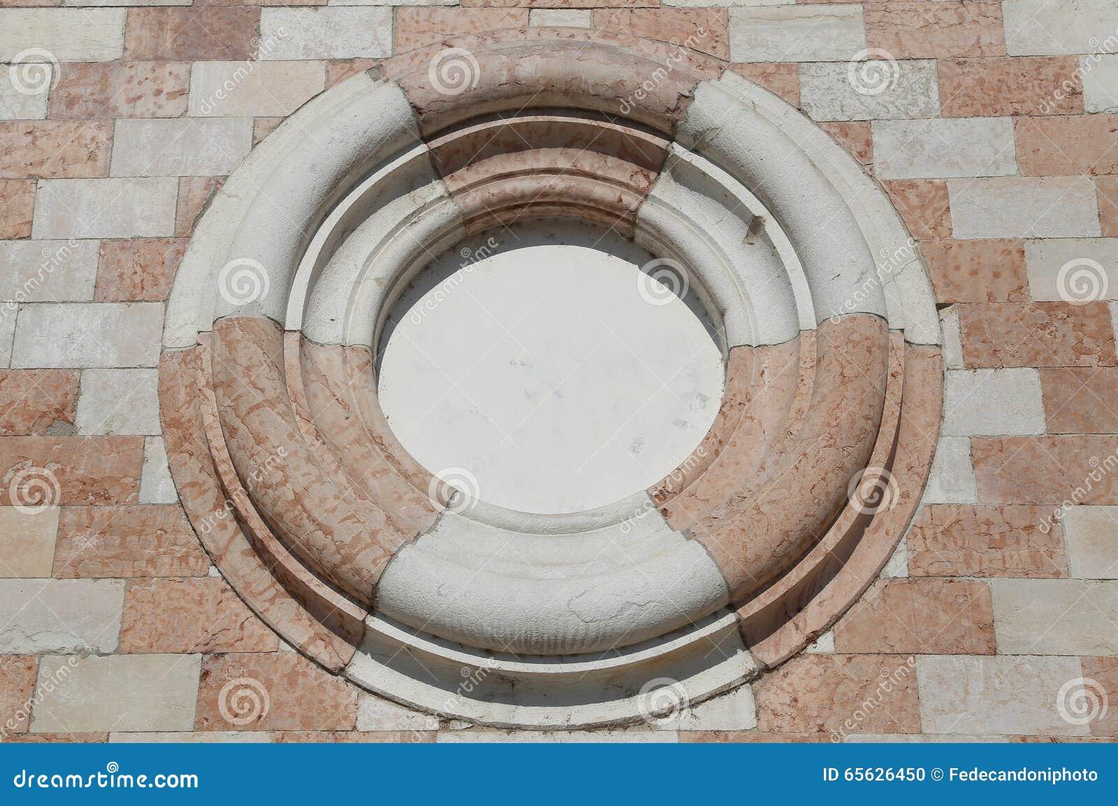 Grand cercle dans le mur