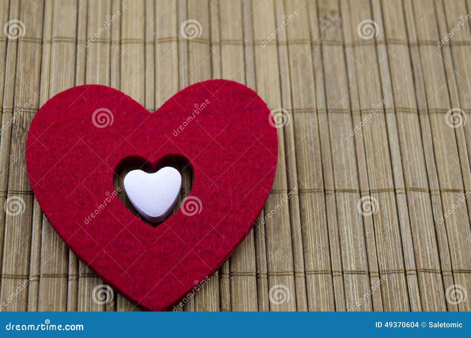 Grand coeur rouge avec un plus petit coeur blanc l for Grand interieur rouge