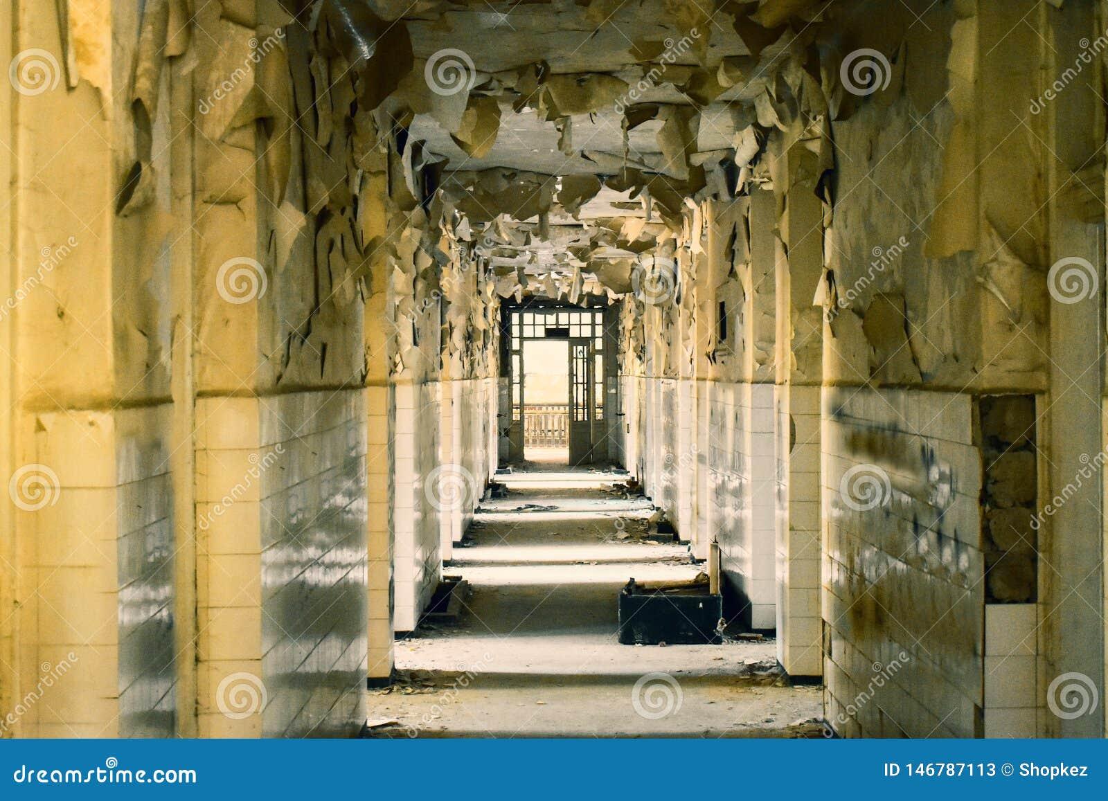 Grand couloir abandonn? avec de grandes fen?tres cass?es et s exfolier des murs dans l asile