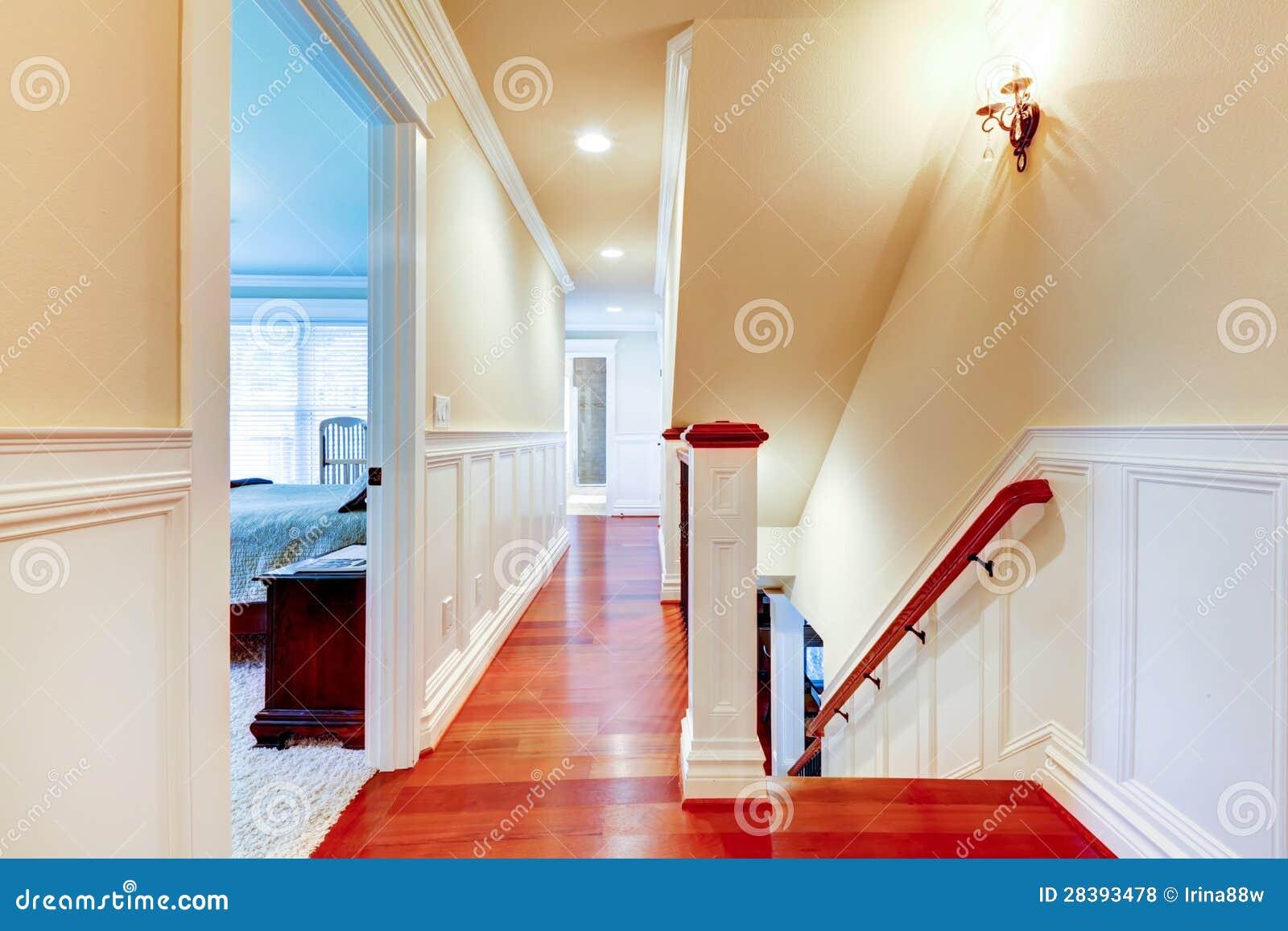 grand couloir lumineux avec le bois dur et l 39 escalier de cerise photo stock image du lumineux. Black Bedroom Furniture Sets. Home Design Ideas