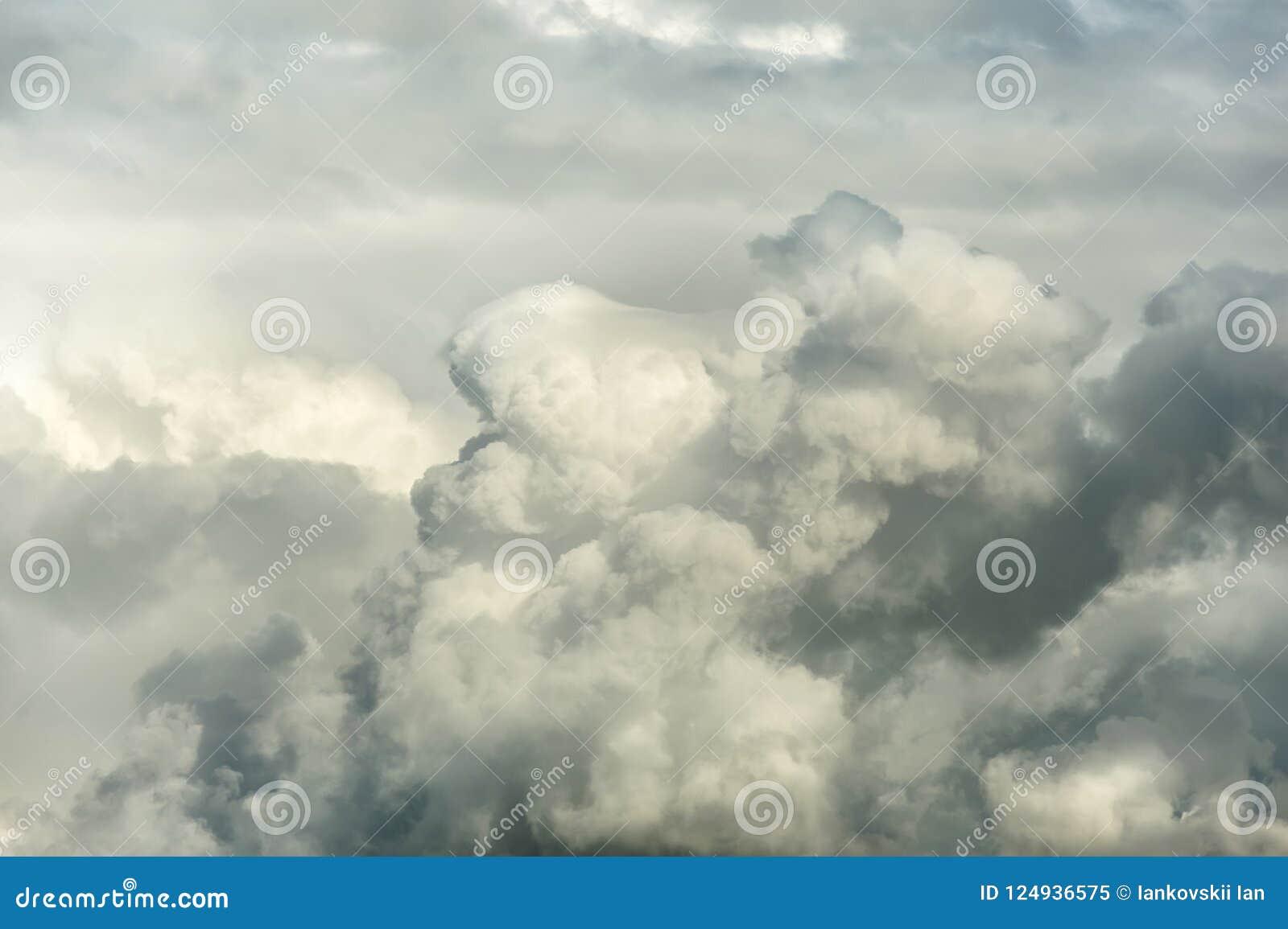 Grand cumulus avant la pluie le soir au coucher du soleil Le nuage est illuminé par la lumière du soleil de soirée