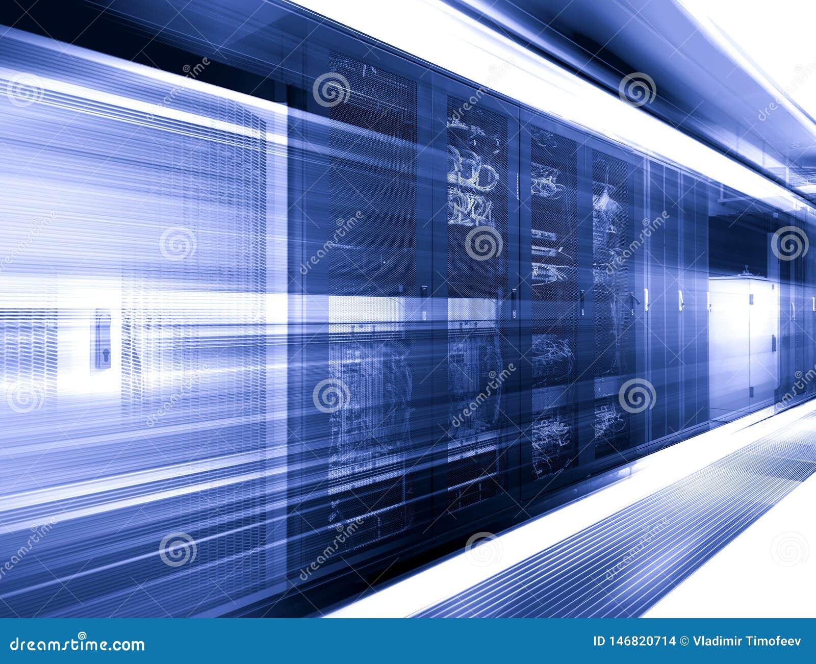 Grand datacenter avec des modules de commande dans le rendu de la tache floue de mouvement de chambre de serveur 3d