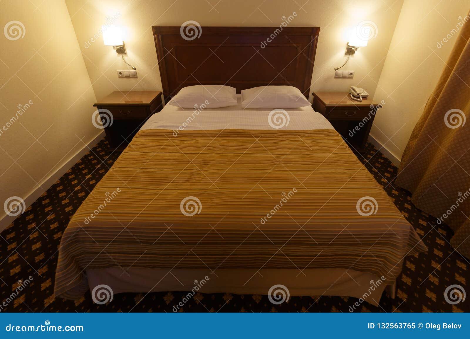 Grand Double Lit Confortable Dans Une Petite Chambre D Hotel