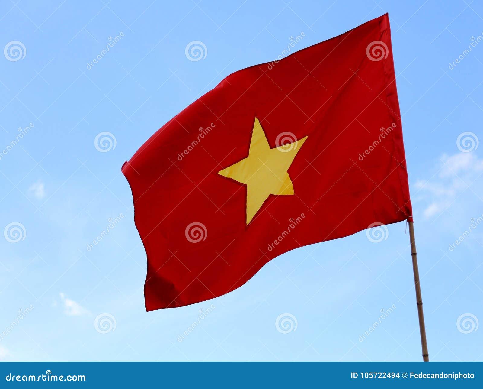 Grand Drapeau Du Vietnam Avec Létoile Jaune Et Le Ciel Bleu