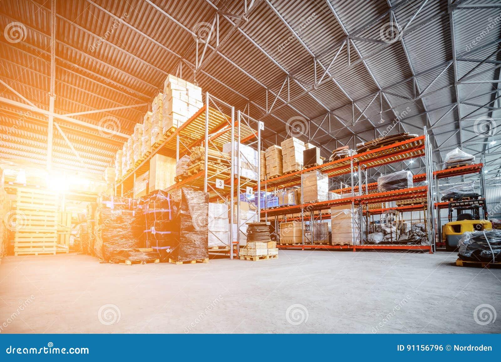 Grand entrepôt de hangar industriel et sociétés de logistique