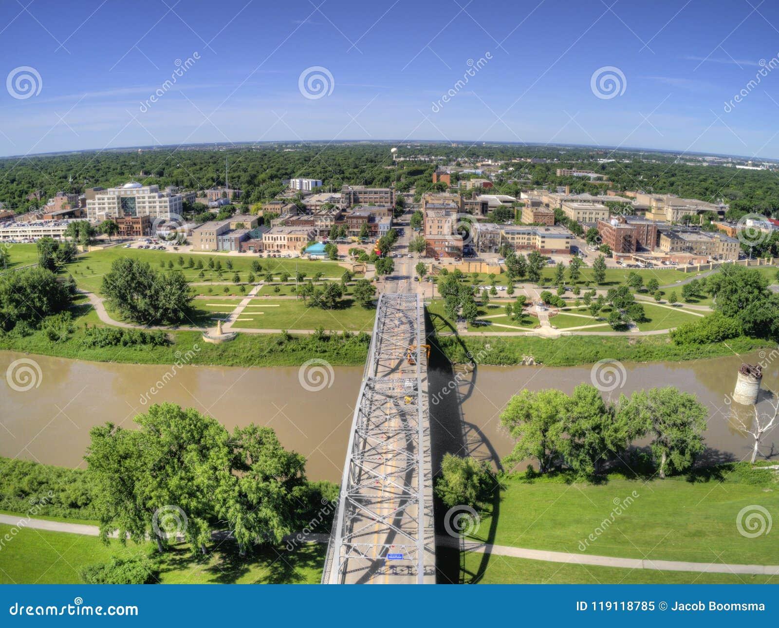 Grand Forks är en stor North Dakota stad på Redet River på genomskärningen av huvudväg 2 och mellanstatliga 29 en timmesöder av