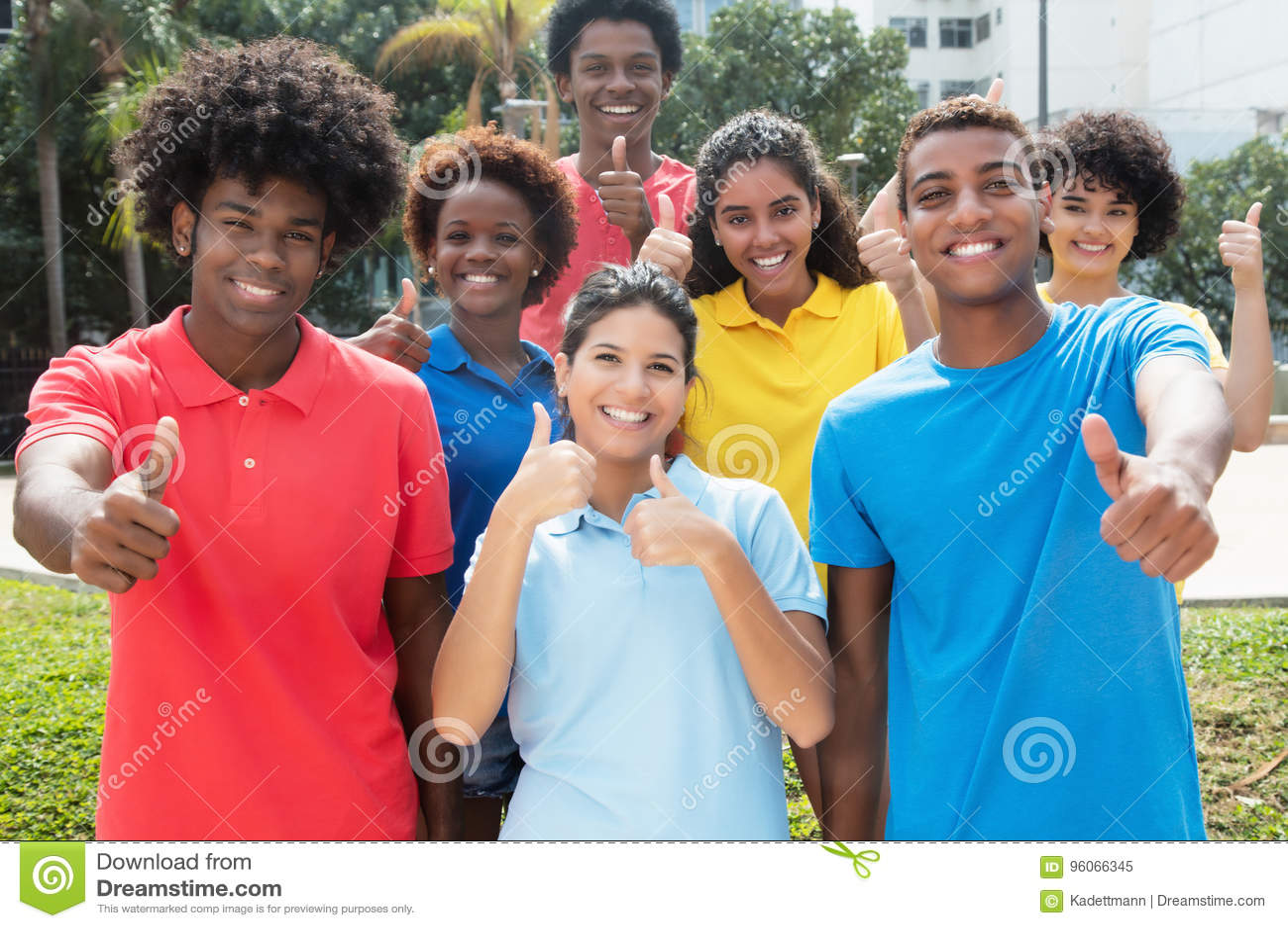 Grand groupe de jeunes adultes internationaux réussis montrant thu