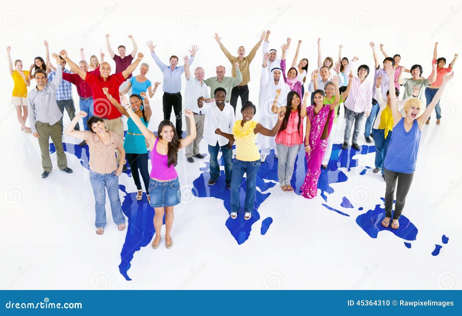 Grand groupe multi-ethnique de personnes du monde avec la carte du monde