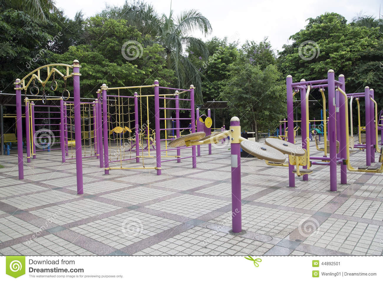 Grand gymnase ext rieur en parc photo stock image 44892501 for Exterieur gym