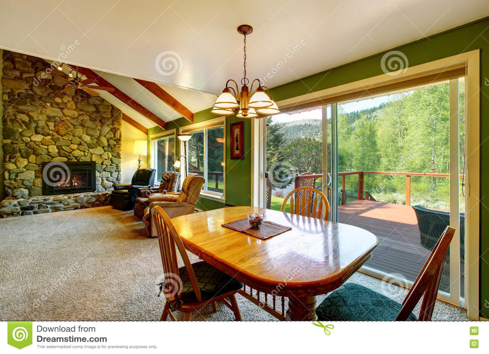 grand int rieur de salon et de diner dans la maison de campagne am ricaine image stock image. Black Bedroom Furniture Sets. Home Design Ideas