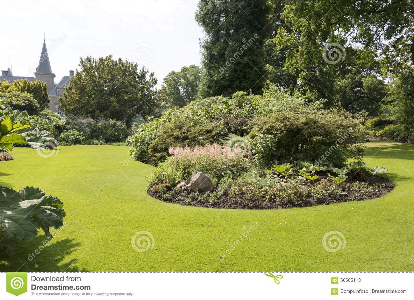 Grand jardin anglais avec les plantes vertes et l 39 herbe for Plantes jardin anglais