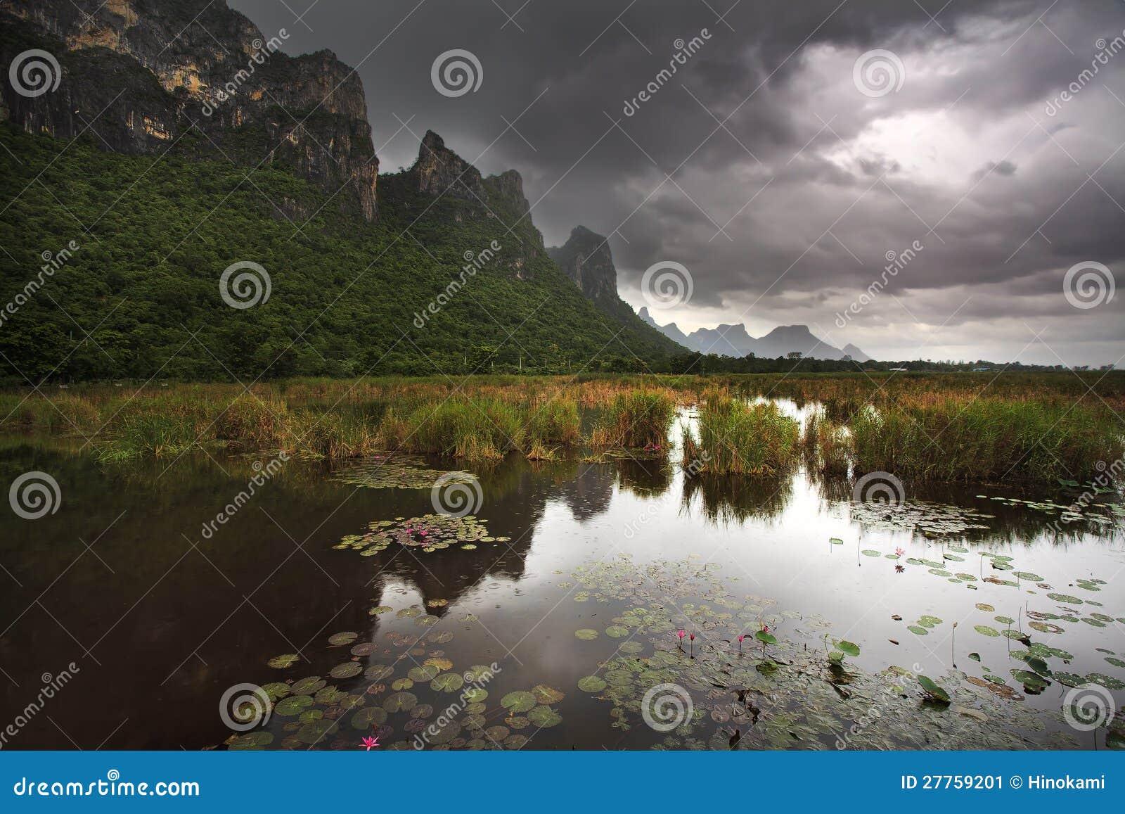 Grand lac de montagne et de lotus au stationnement national de ROI Yod de Sam