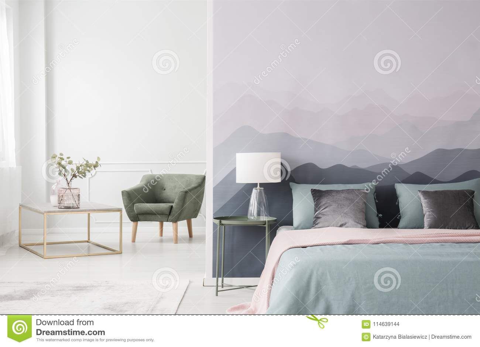 Papier Peint Chambre Moderne grand lit par le papier peint de paysage photo stock - image