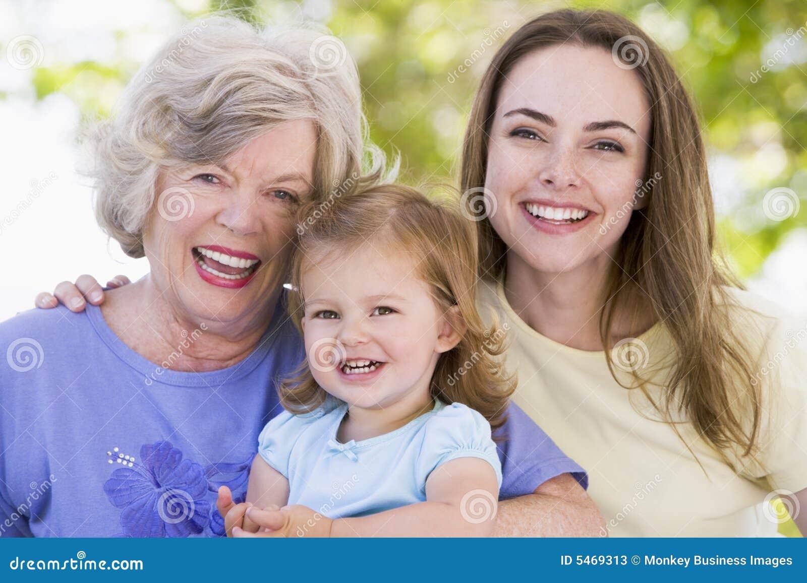 Grand-mère avec le descendant et l enfant adultes