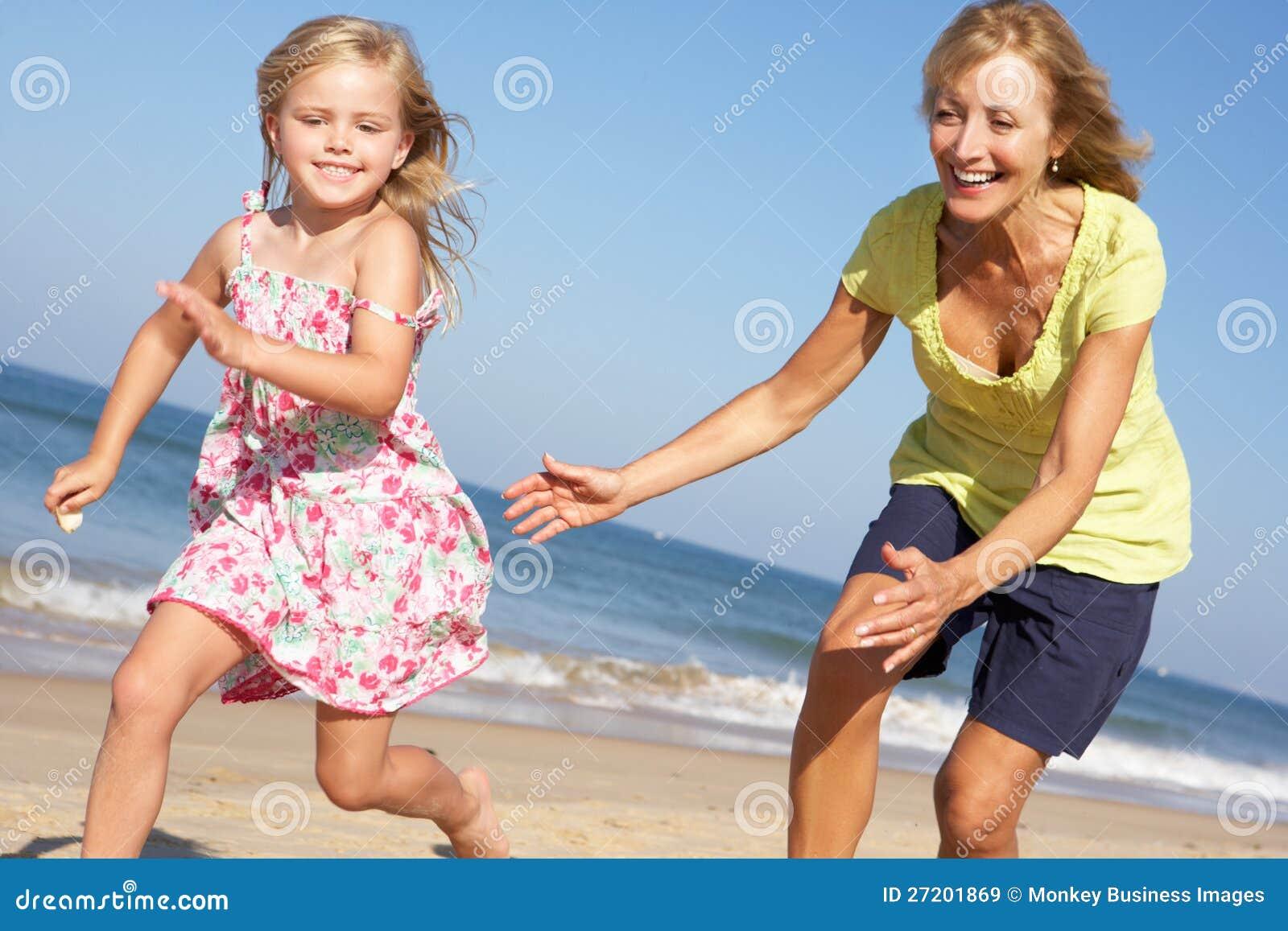 Grand-mère et petite-fille exécutant le long de la plage