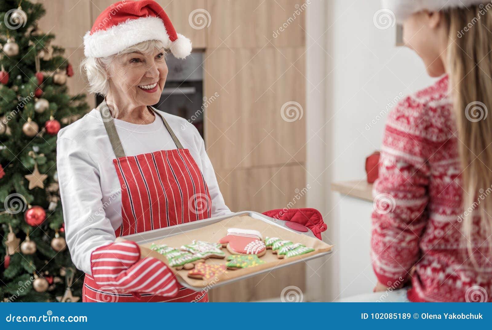 Grand-mère généreuse donnant à la pâtisserie qui a réussi tout seul de vacances d enfant
