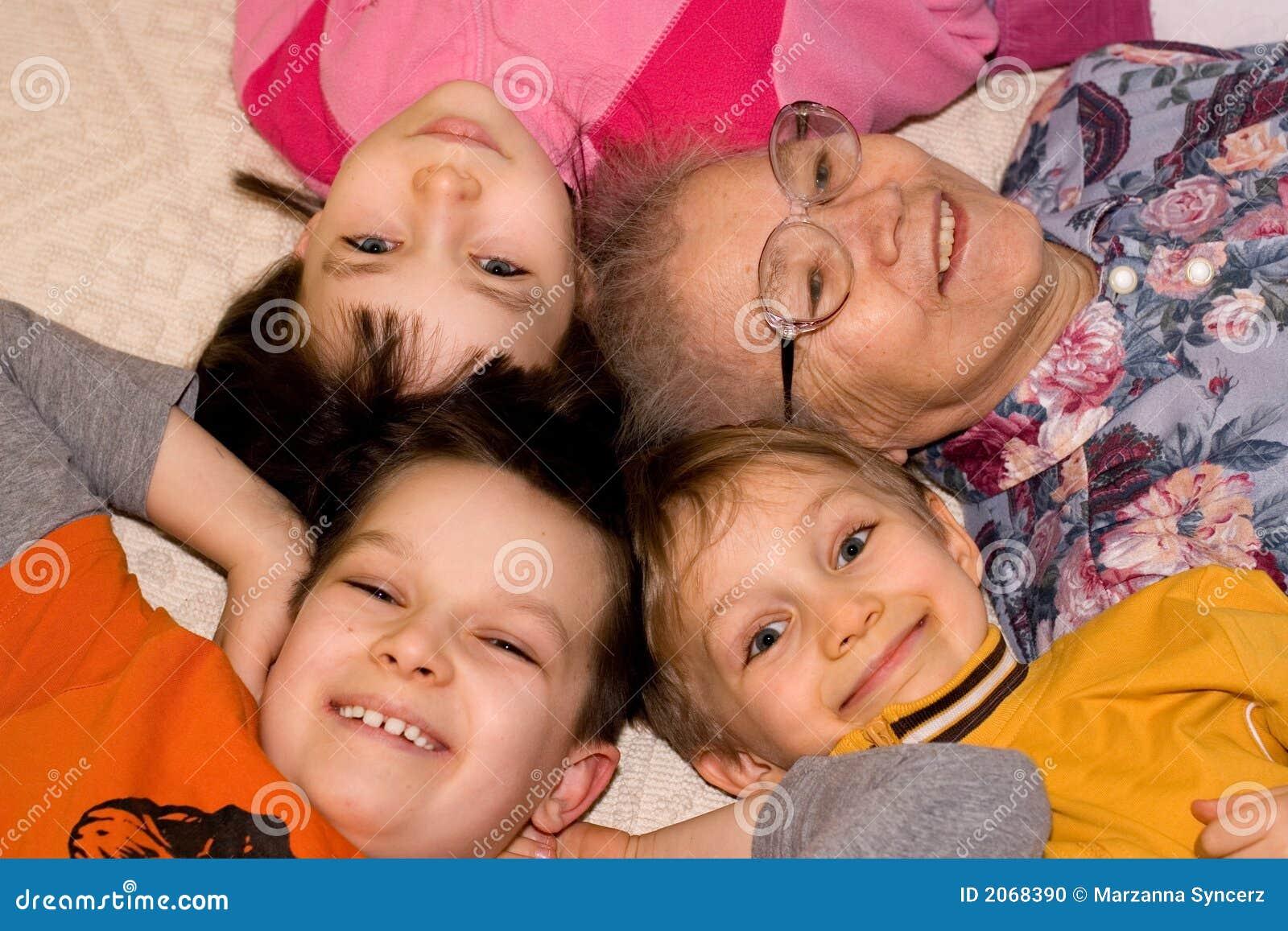 Grand-mère jouant avec des gosses