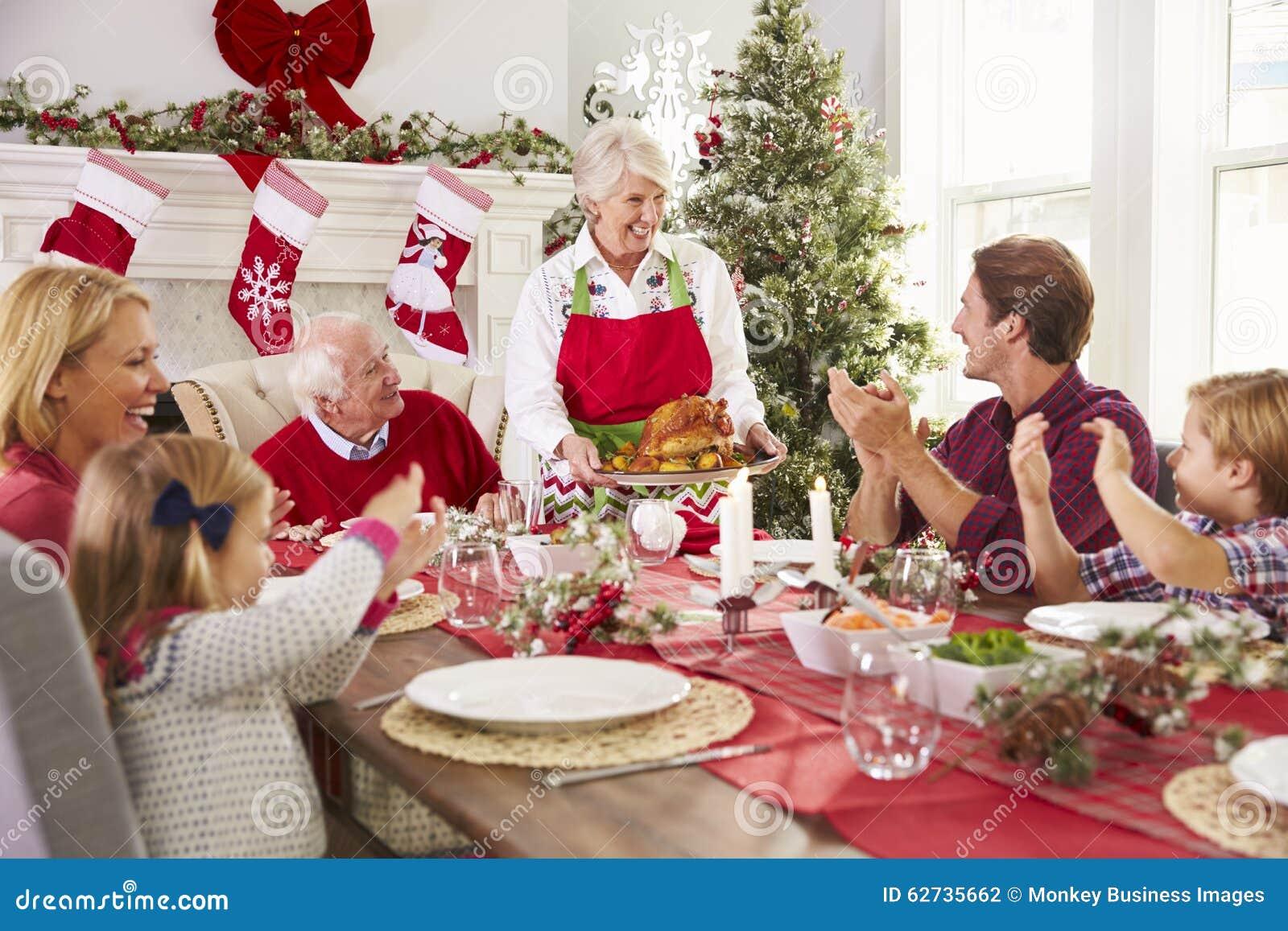 Grand m re mettant en vidence la turquie au repas de no l for Idee repas convivial en famille