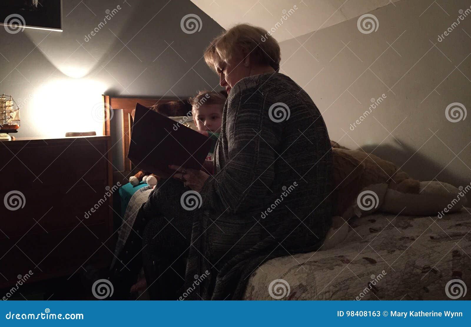 Grand-mère s affichant à l enfant