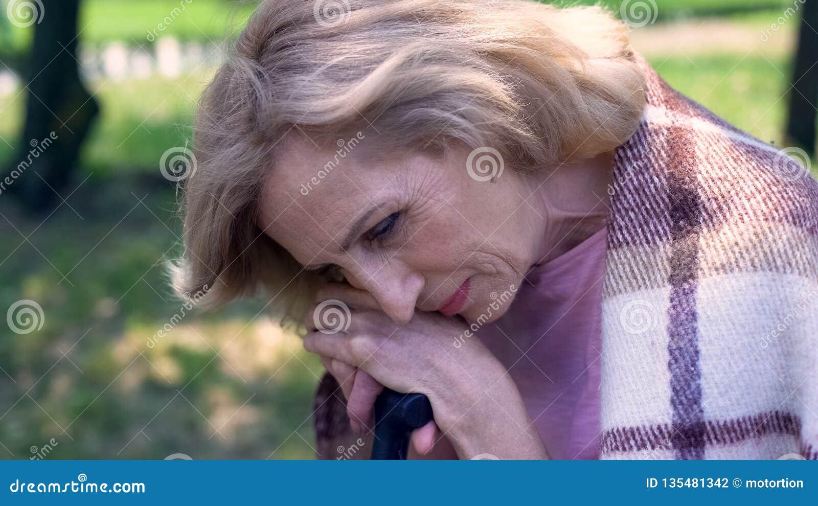 Le Jardin De Grand Mere grand-mère triste seule s'asseyant dans le jardin de soins
