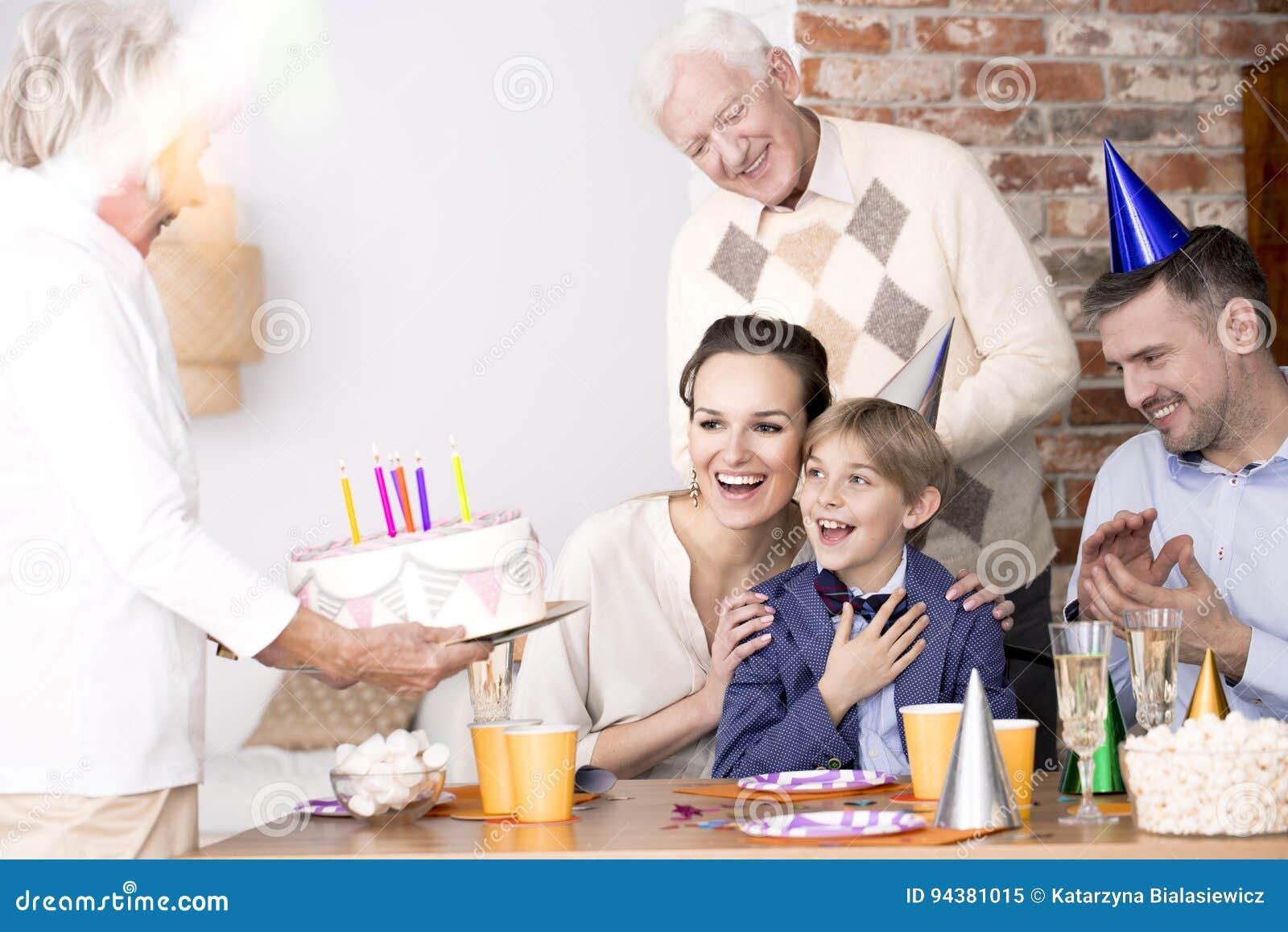 Grand-maman apportant le gâteau d anniversaire à une partie