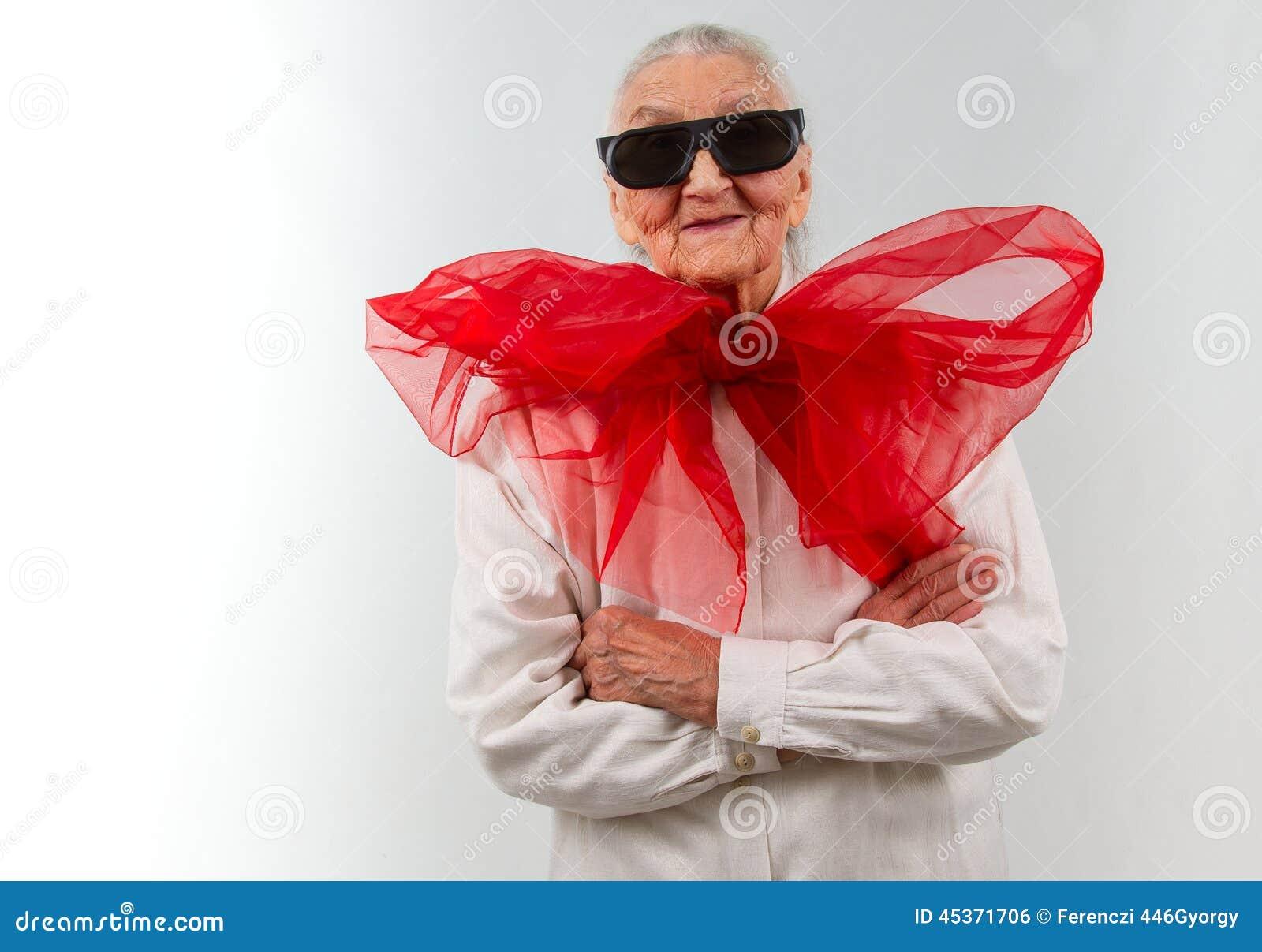Grand-maman avec un style bizarre