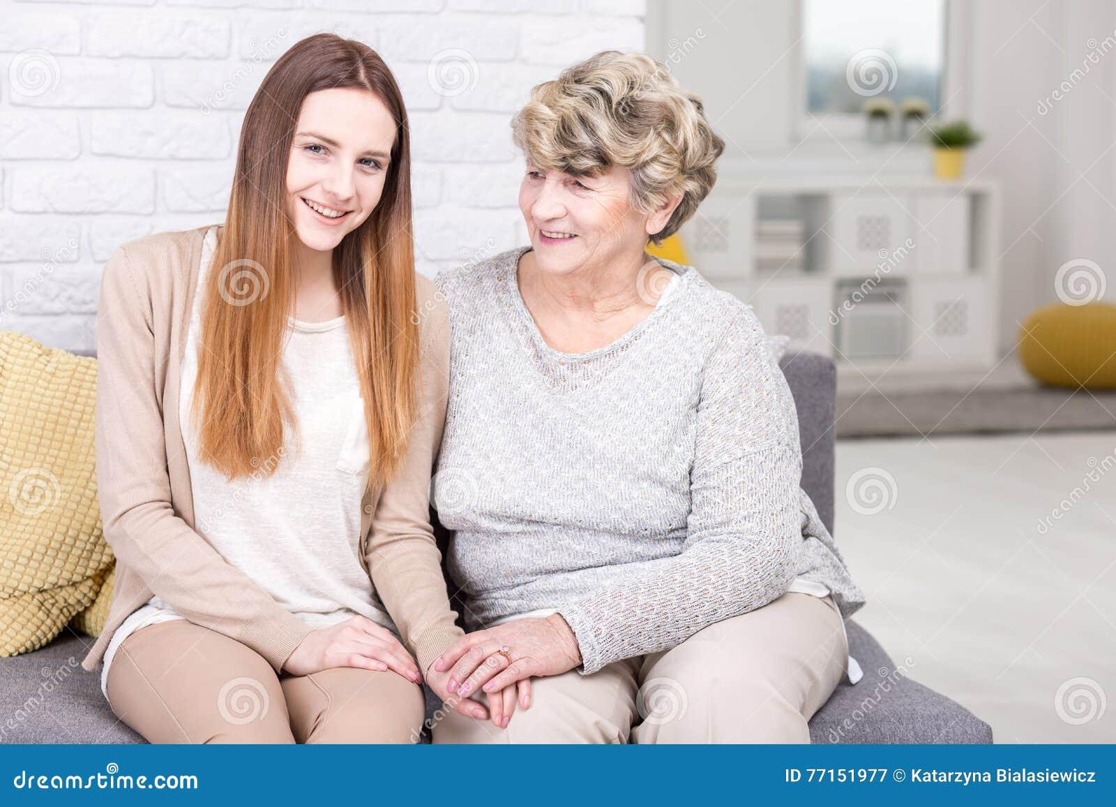 Grand-maman fière avec sa petite-fille aimée
