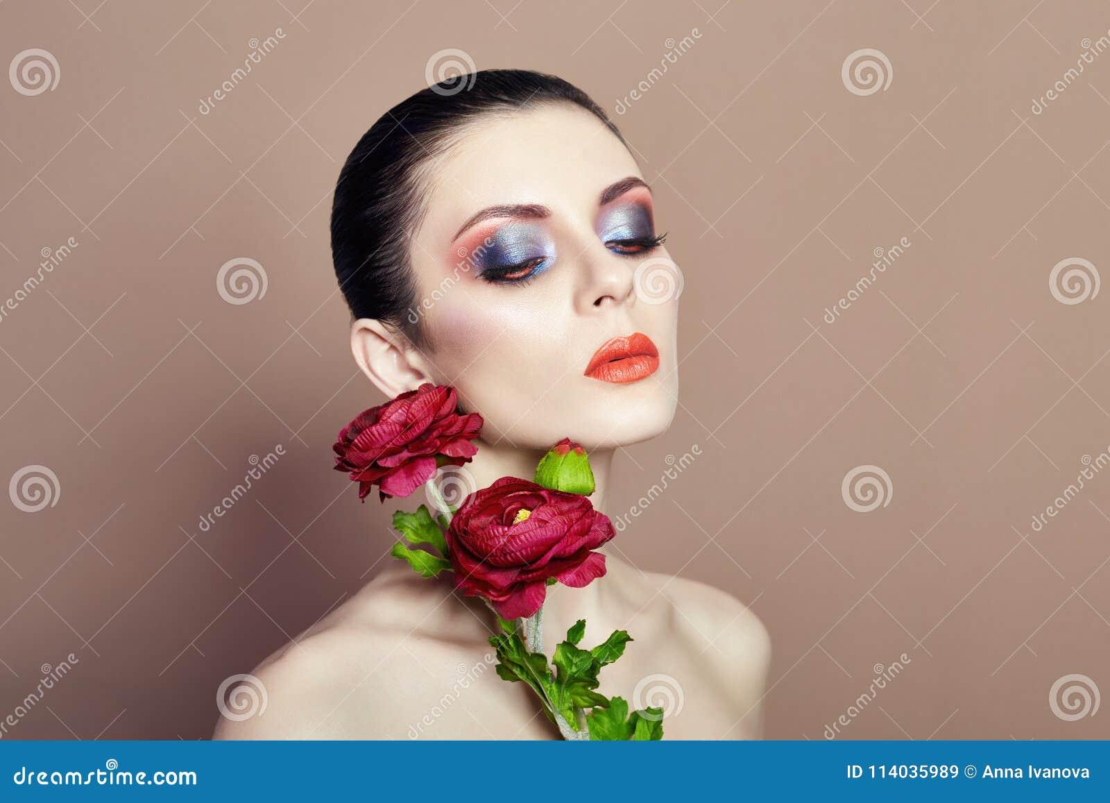 Grand Maquillage De Visage De Femme De Fleurs Fille De Fleurs De