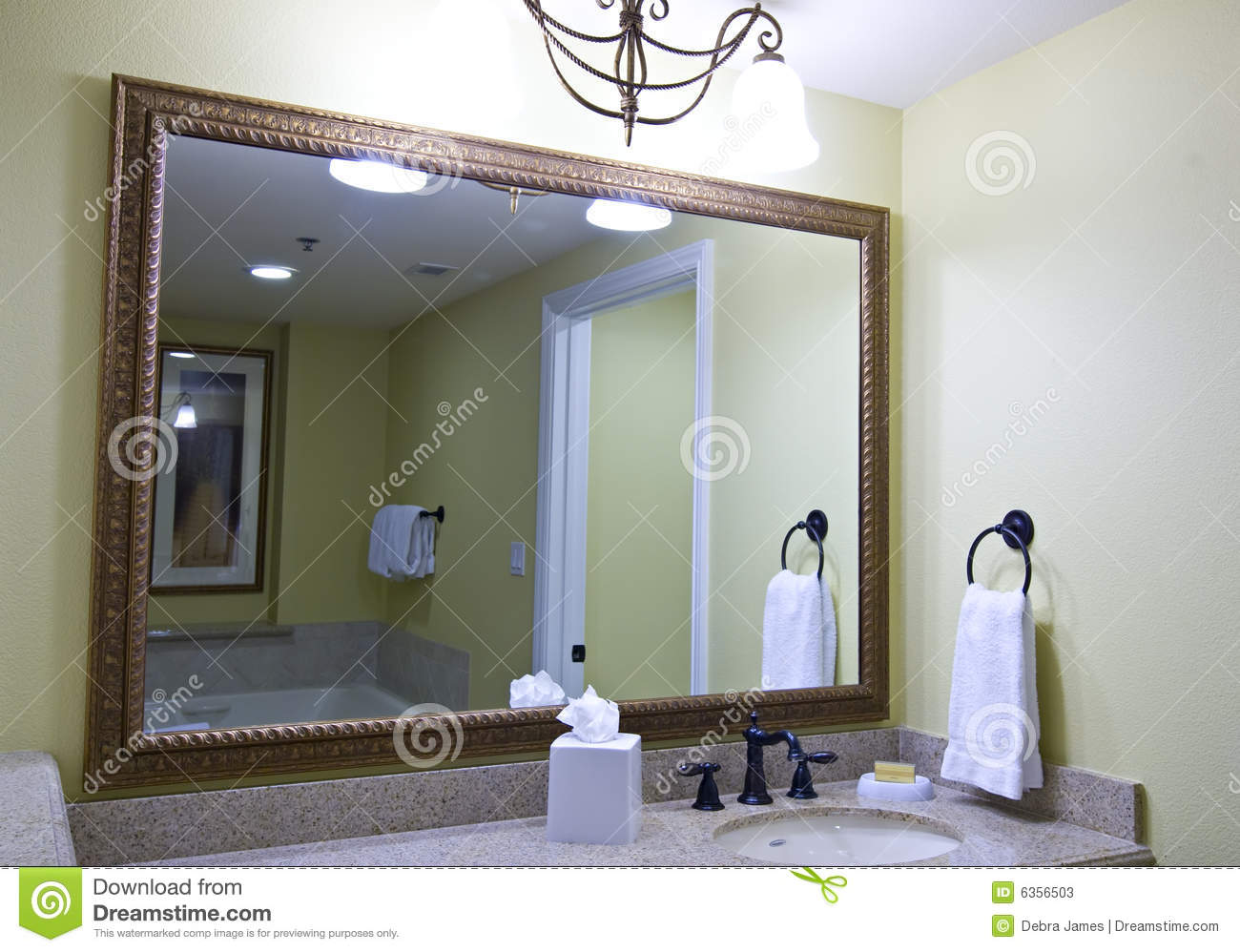 Grand miroir de salle de bains photos stock image 6356503 for Grand miroir