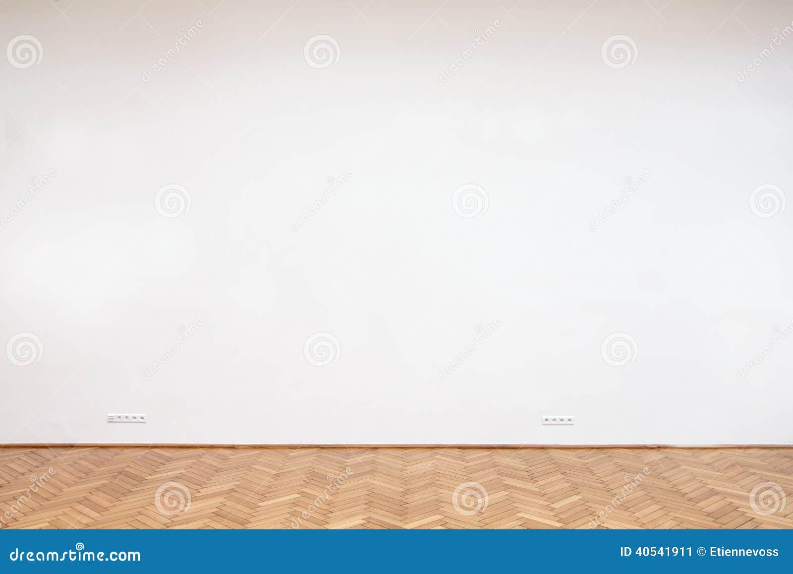 grand mur blanc avec le plancher en bois image stock image du tuiles grand 40541911. Black Bedroom Furniture Sets. Home Design Ideas
