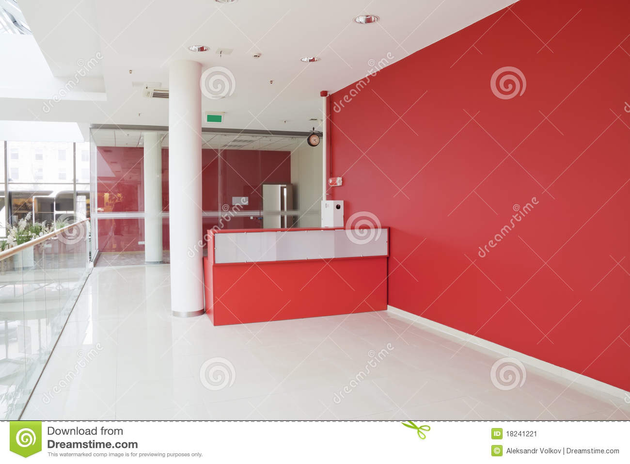 Grand mur rouge au bureau moderne image stock image for Grand bureau moderne