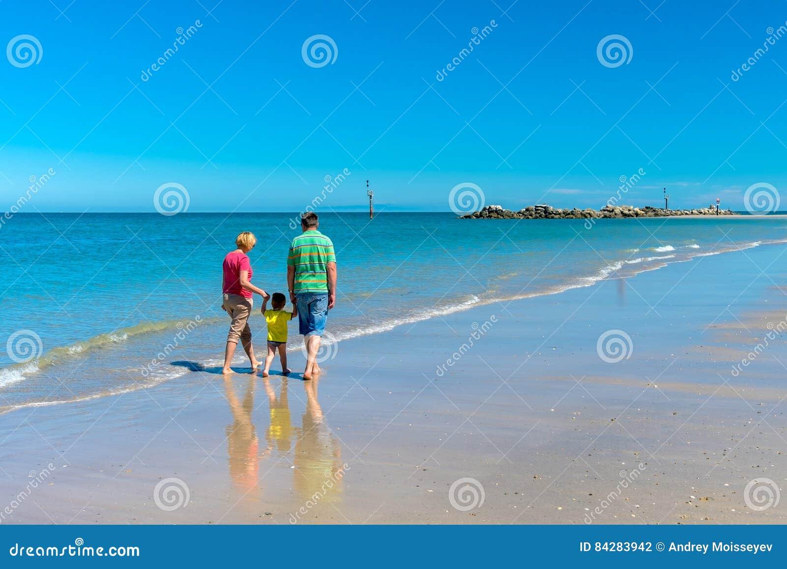 Grand-père et grand-mère avec le petit-fils tenant des mains