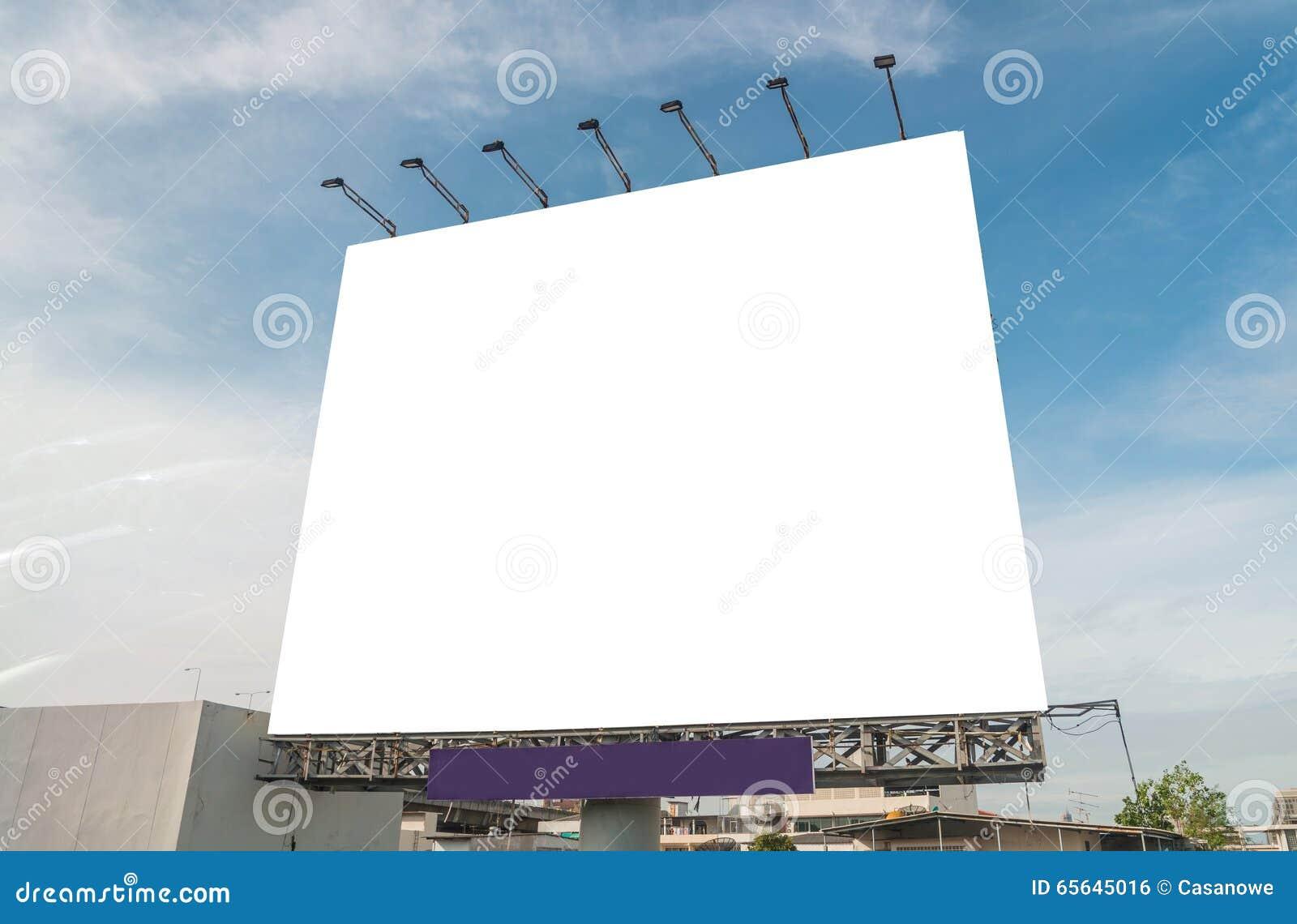 Grand panneau d affichage vide sur le bâtiment à l arrière-plan de vue de ville