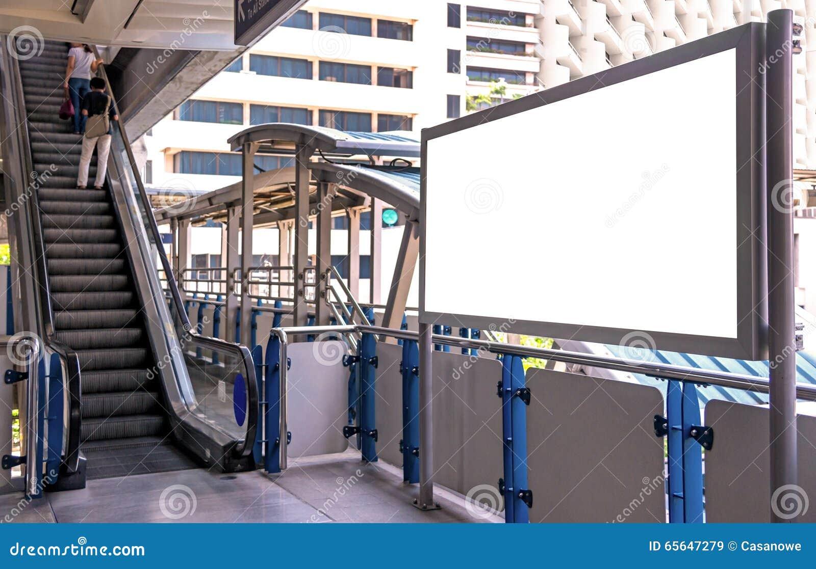 Grand panneau d affichage vide sur le passage supérieur avec le fond de vue de ville