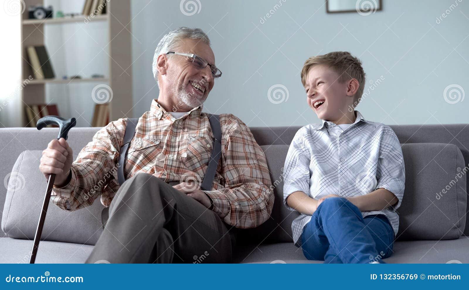 Grand-papa et petit-fils riant véritablement, plaisantant, moments précieux d amusement ensemble