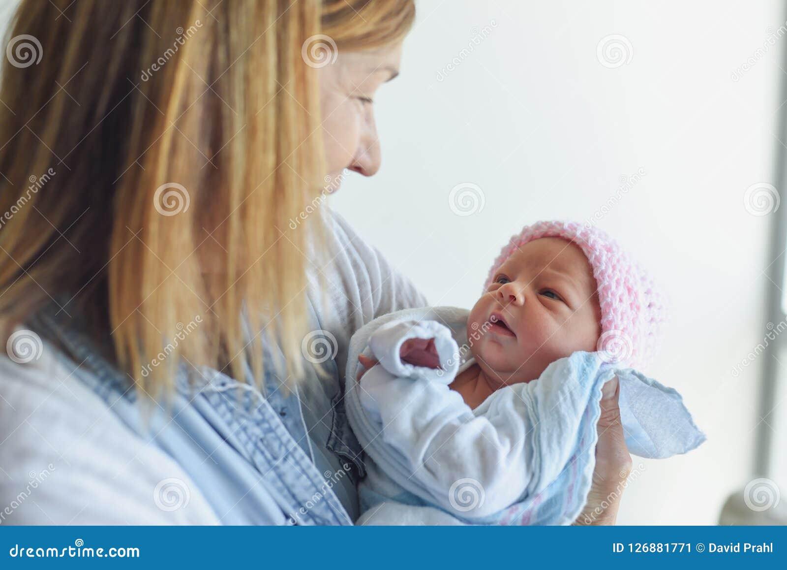 Grand-parent rencontrant le bébé nouveau-né à l hôpital