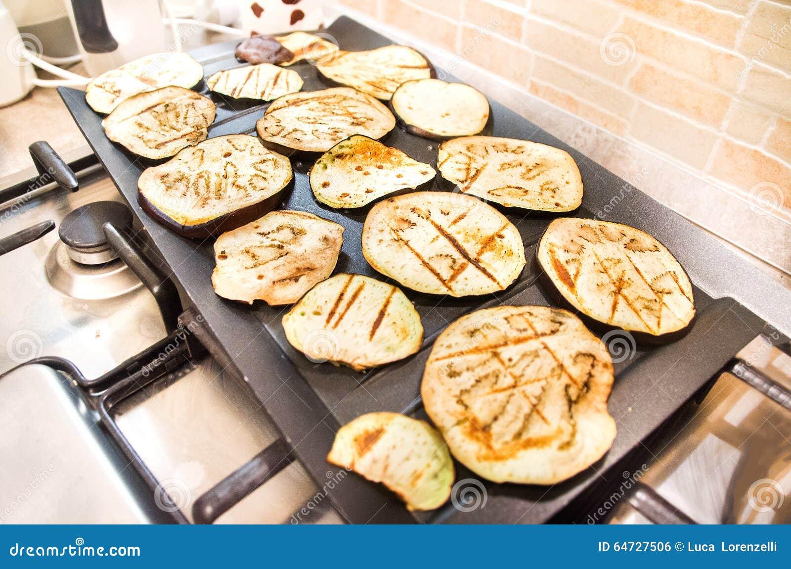 Grand plat noir grillé d aubergines