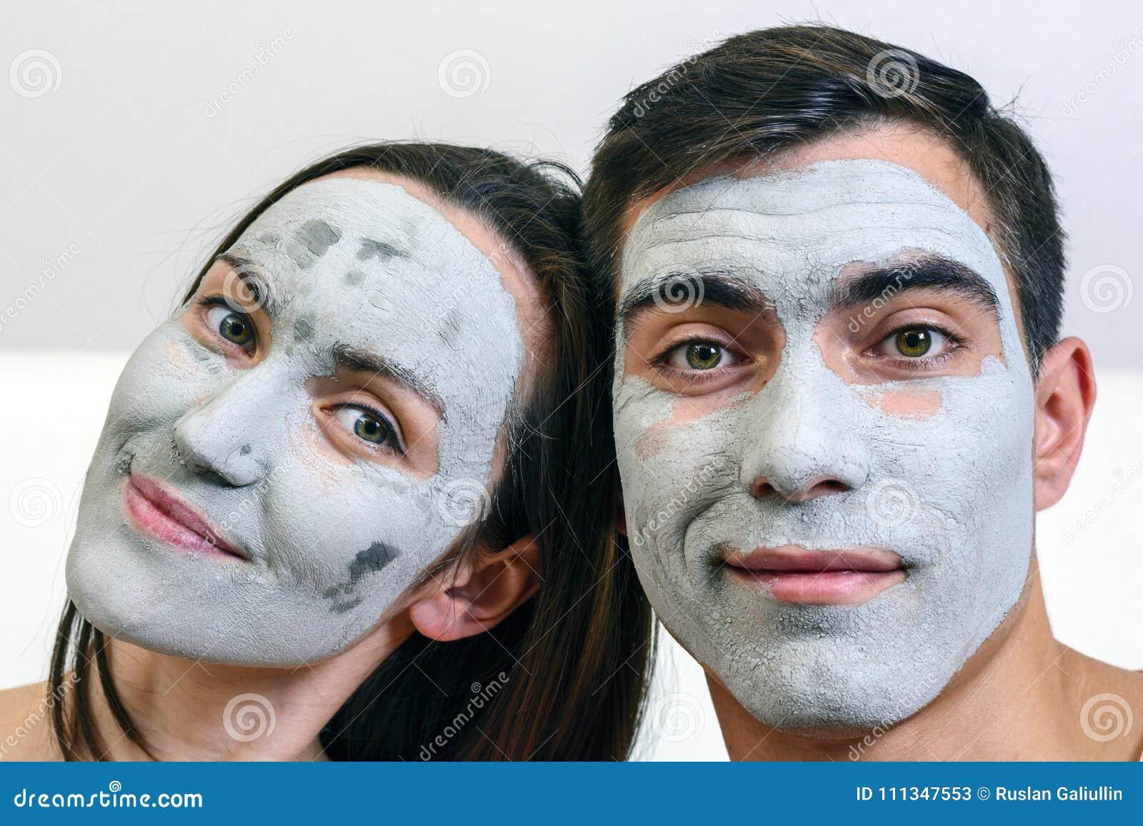 Grand portrait émotif d un ménage marié dans les masques pour le visage de l argile station thermale de jour, bien-être, soins de