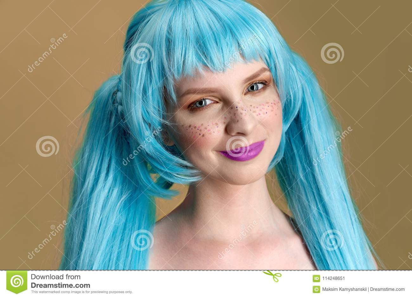 Grand portrait détaillé de studio d une jeune femme élégante avec de longs cheveux et taches de rousseur bleus avec des émotions