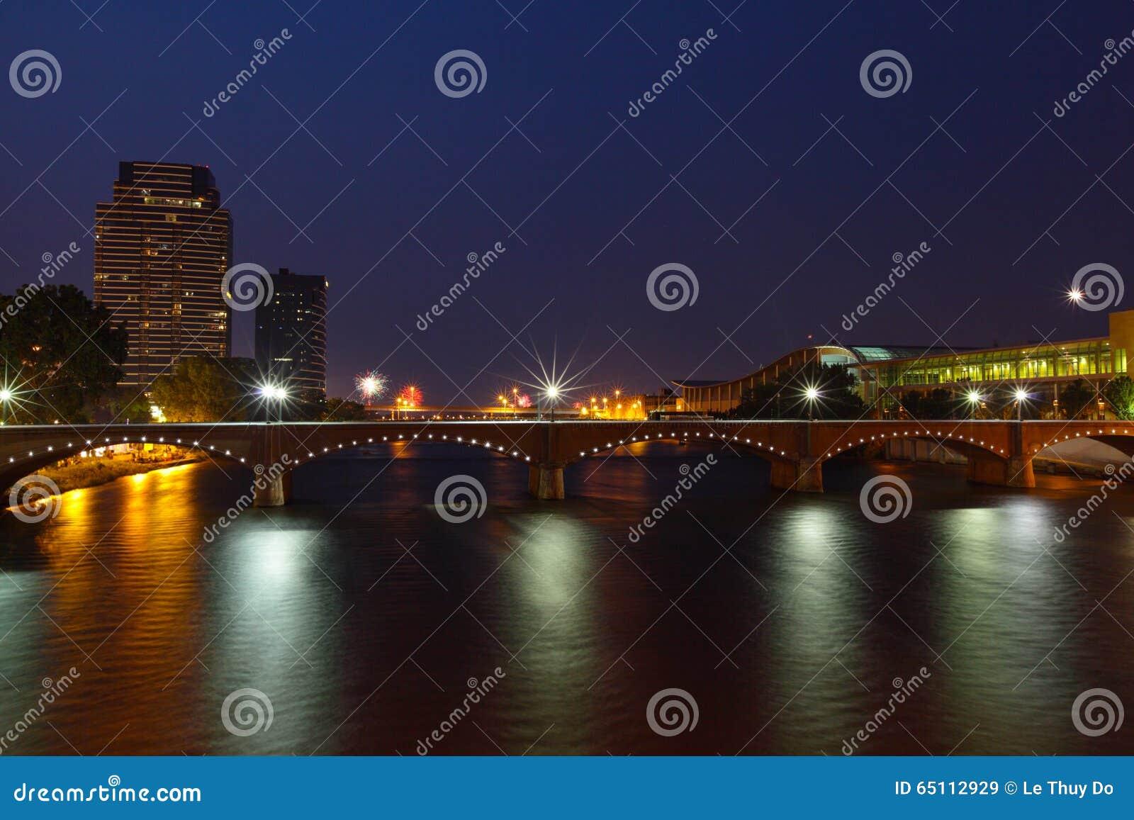 Grand Rapids na noite