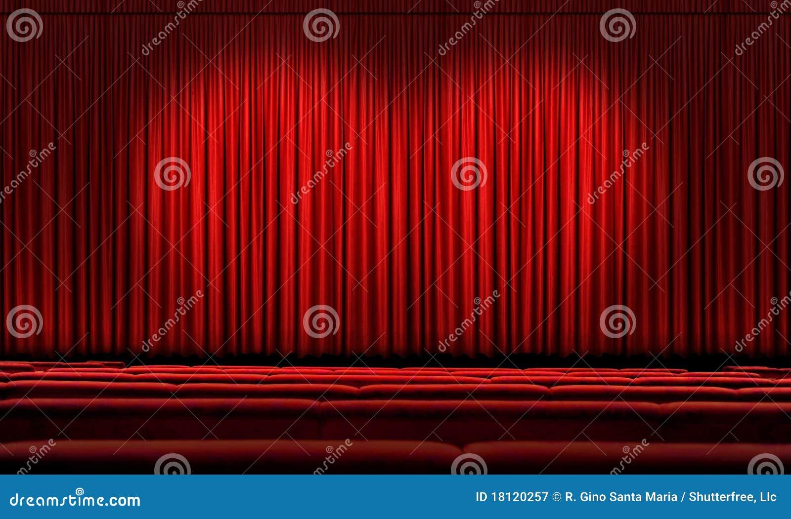 Grand rideau rouge avec des projecteurs