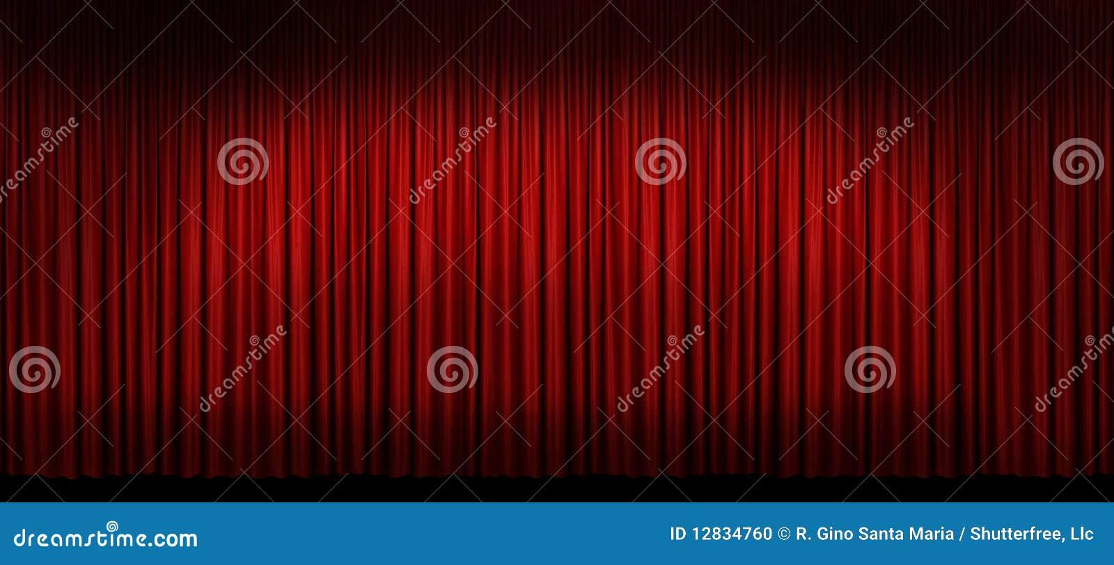 Grand rideau rouge en étape