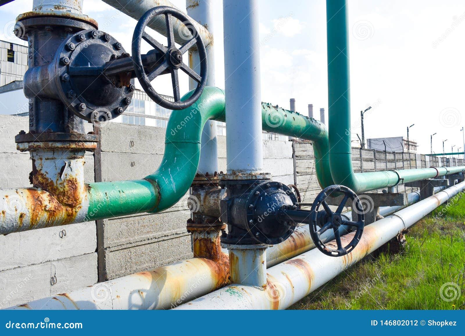 Grand robinet de tuyau sur le r?seau de tuyaux de gaz