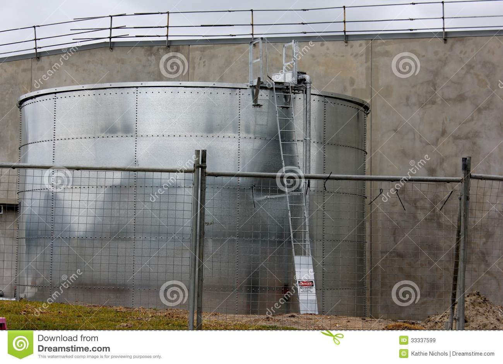 Grand r servoir d 39 eau de pluie images libres de droits image 33337599 - Reservoir eau de pluie ...