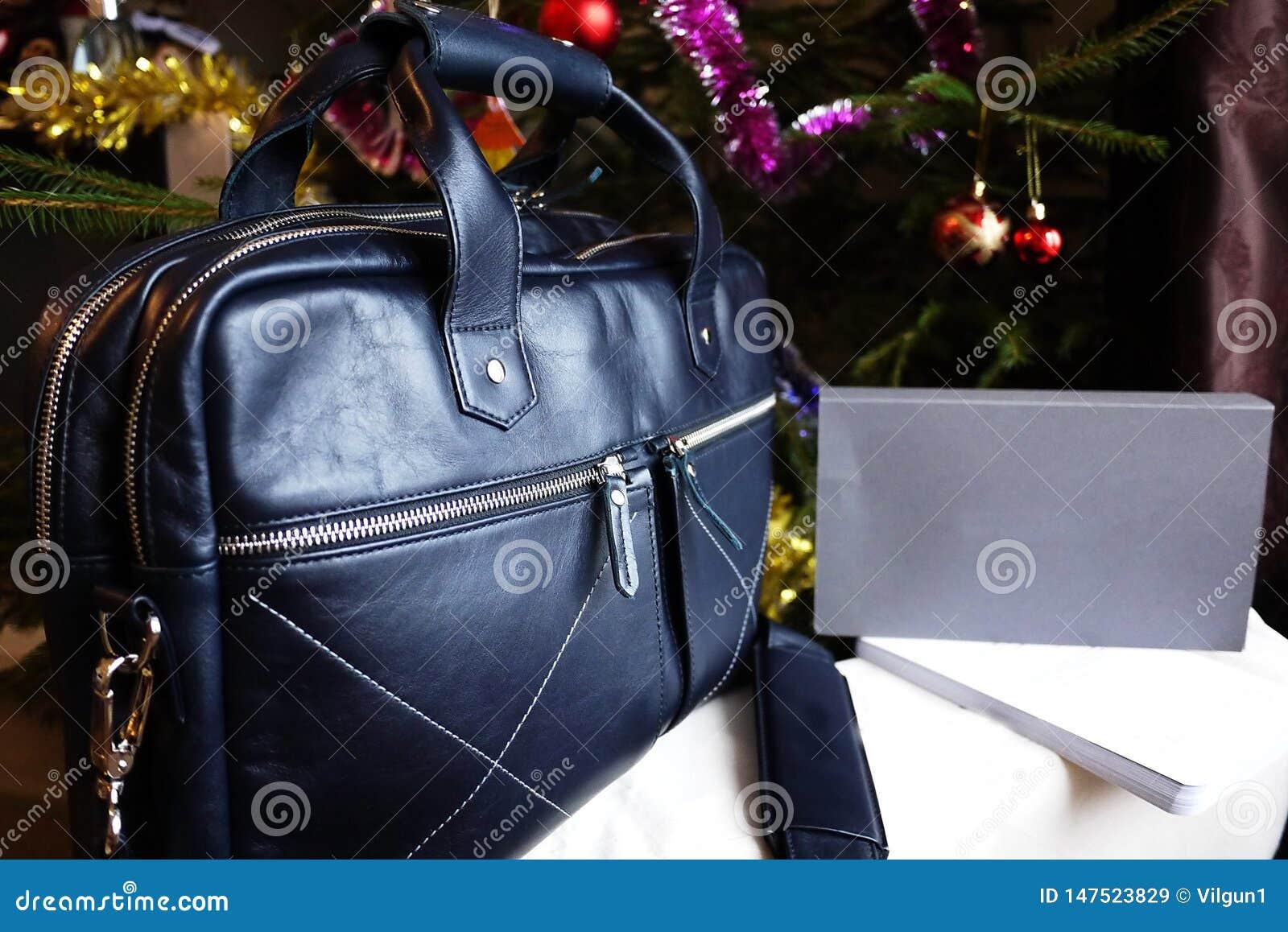 Grand sac fait de cuir v?ritable Pour des affaires, des vacances et tout autre stockage de vos documents ?l?gant, beau, cher