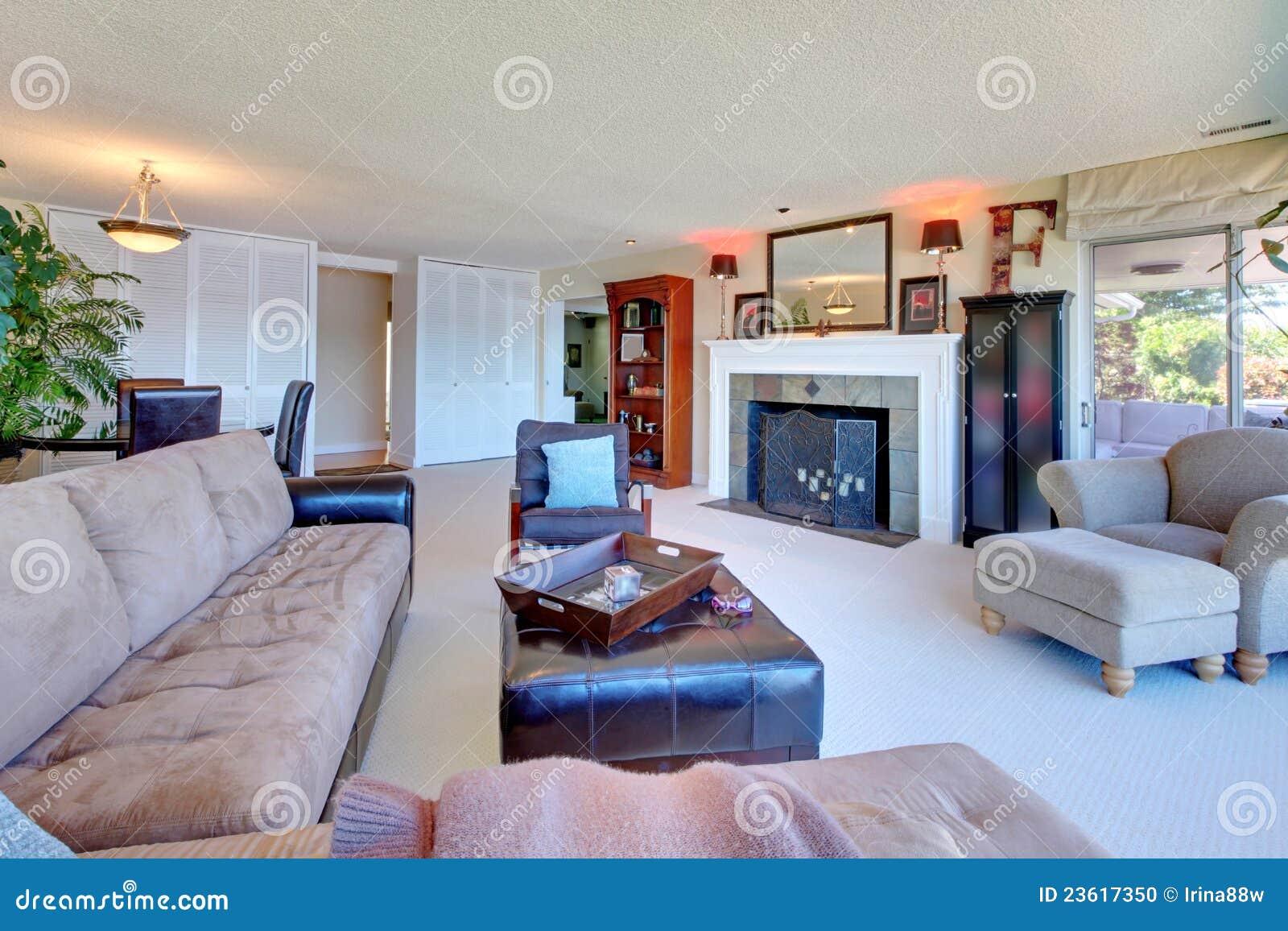 Grand salon confortable avec le grand sofa brun photo for Salon confortable